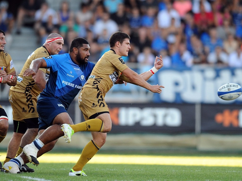 Fabien Cibray gets the ball away for Oyonnax