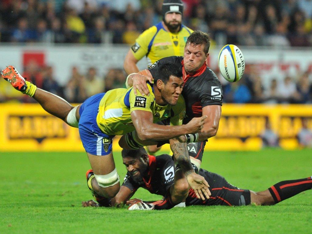 Sebastian Vahaamina gets the pass away under pressure