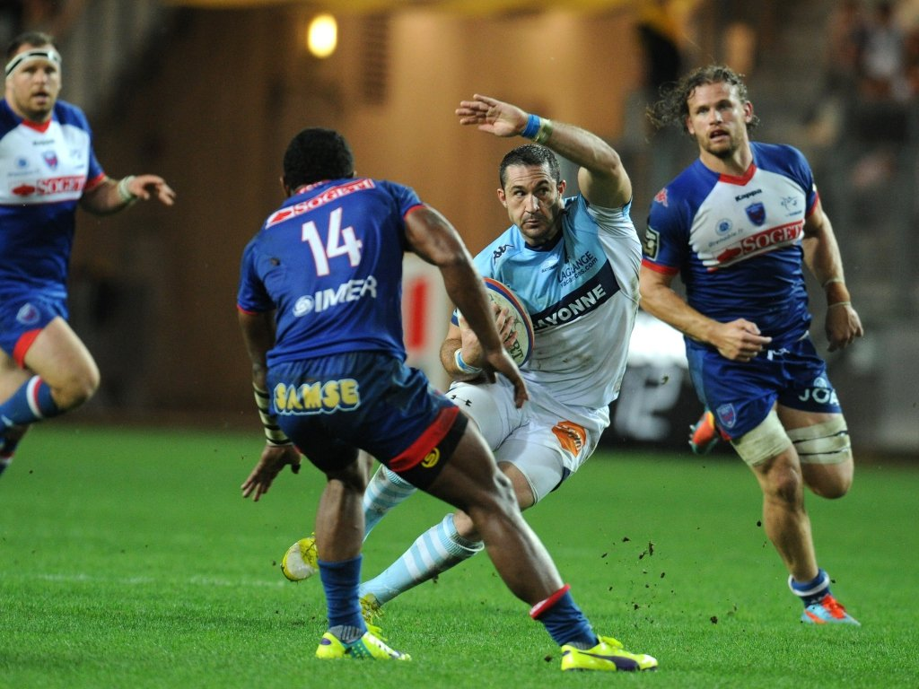 Bayonne's Scott Spedding puts the moves on the Grenoble defence