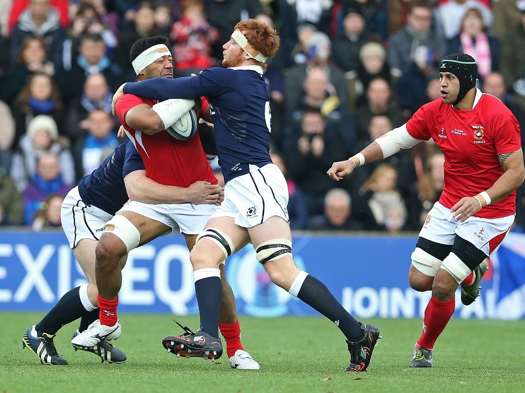 Trying to get the offload away: Viliami Ma'afu