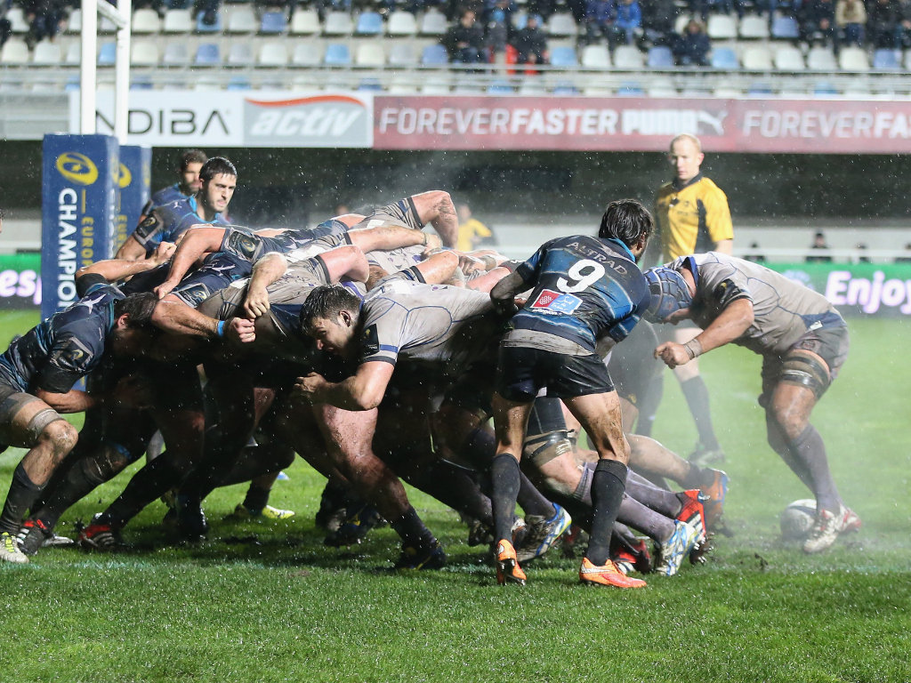 Bath's pack buld some mometum at a scrum close to Montpellier's try-line