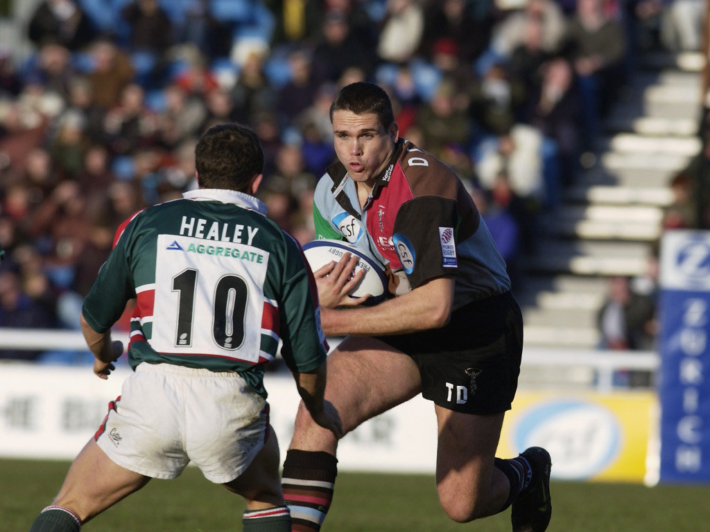 Tony Diprose of Harlequins charges towards Austin Healey of Leicester