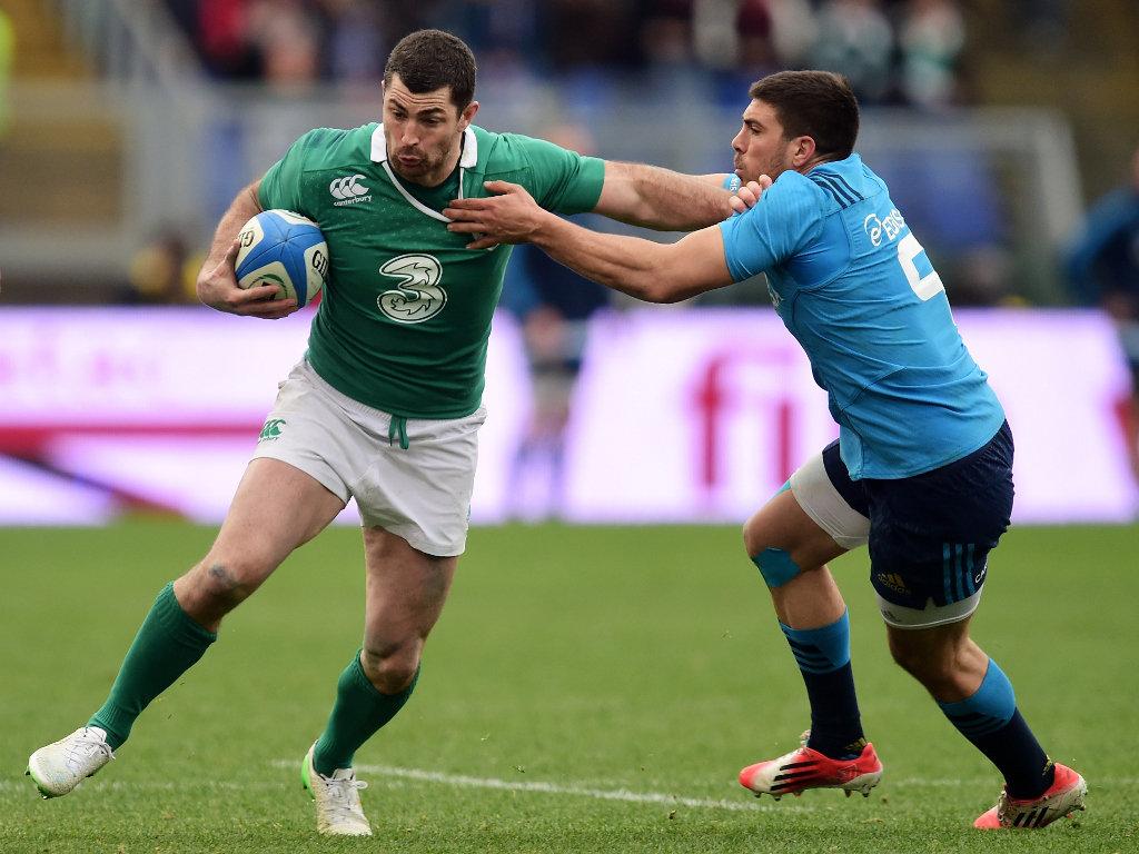 Rob Kearney hands off  Edoardo Gori